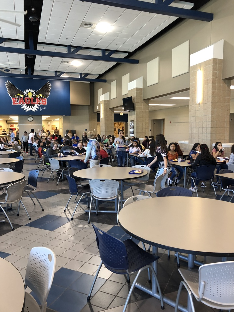 7th grade students enjoying lunch.